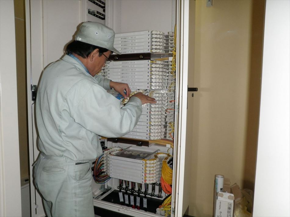 成端箱での結線作業