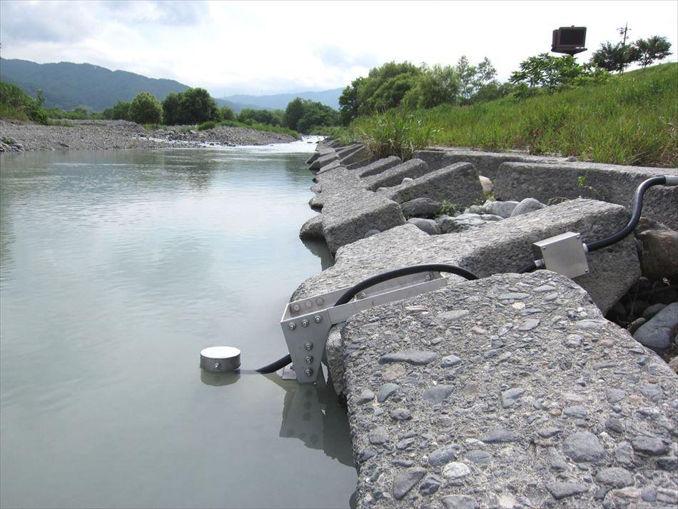三峰川総合開発工事事務所管内の三峰川橋近隣に設置した濁度計センサー