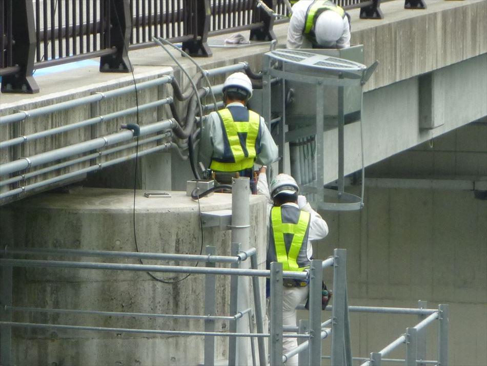 三峰川総合開発工事事務所管内の分派堰にて濁度計センサーケーブルの敷設状況