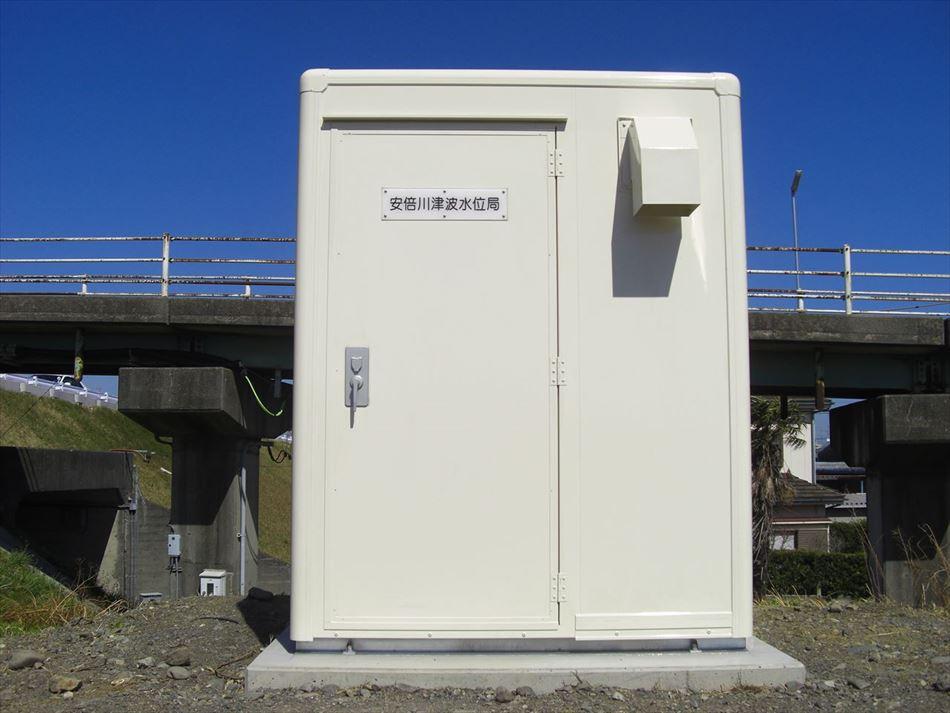 南安倍川橋の南に設置した津波水位を観測するための局舎