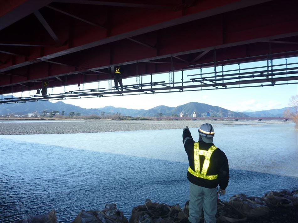 静岡県の南安倍川橋に津波センサー用配管を施工するのに伴い足場を設置している状況