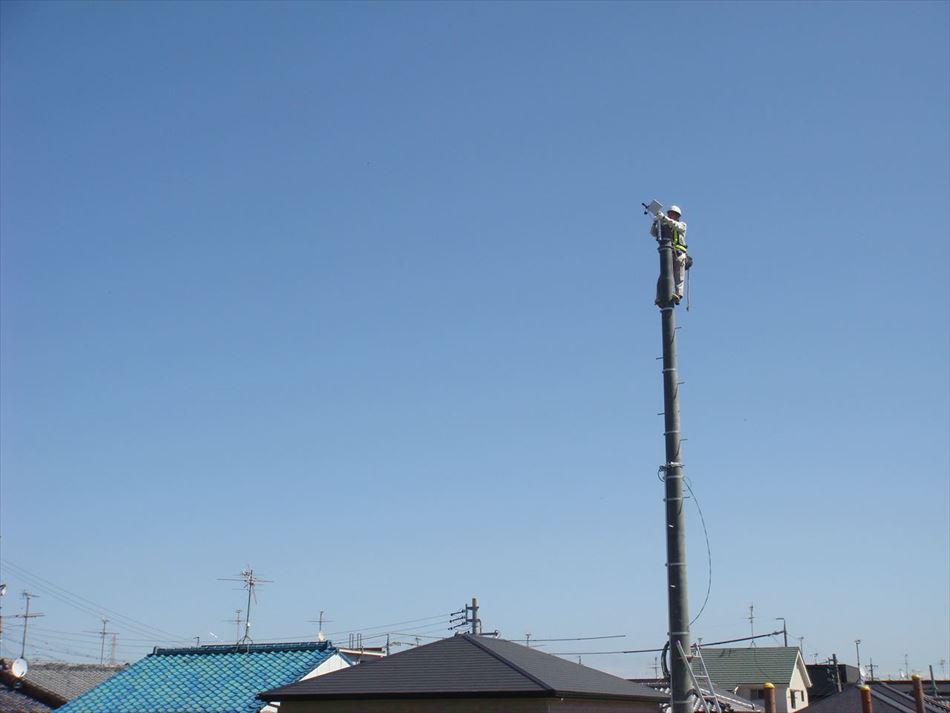静岡県の藁科川に国道1号を横断する無線LANを設置し調整している状況