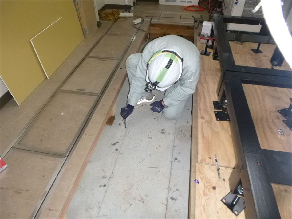 沼津河川国道事務所における大型表示装置設置に伴うアンカーの穿孔深さの確認