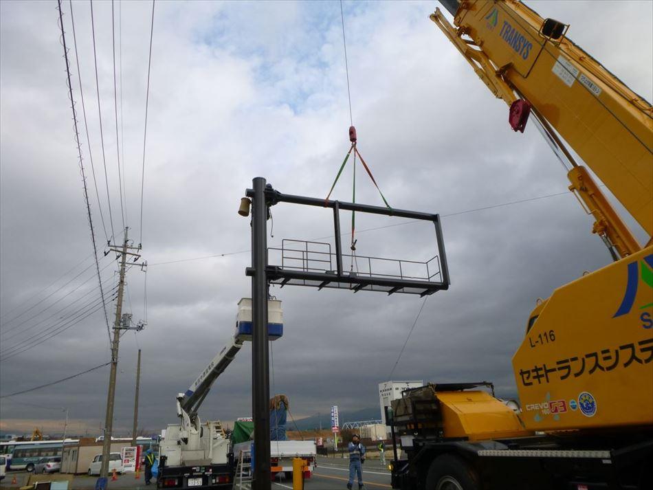 大型クレーンを使用した道路情報板の設置作業