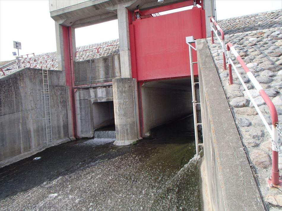天竜川上流河川事務所管内の排水樋門に設置した水位計