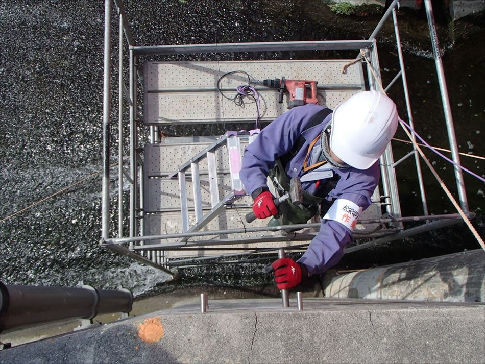 水位計の保護管を固定するアンカーボルトの打ち込み状況