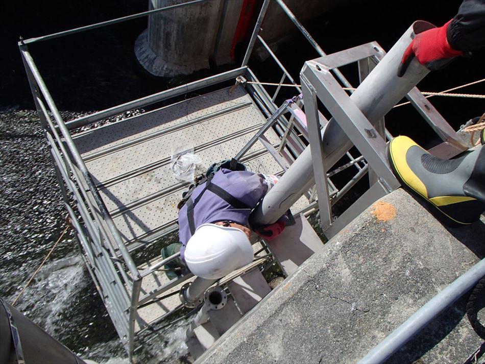 排水樋門における水位計を収容する保護管の設置状況