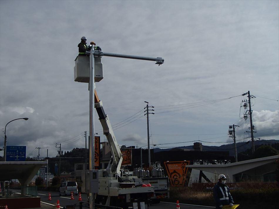 多治見砂防国道事務所管内におけるDSRCプローブ情報収集設備の高所作業車による設置作業