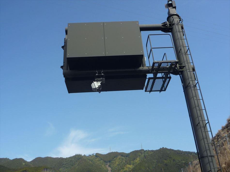 情報板にDSRCプローブ情報収集設備の無線部を設置した状況