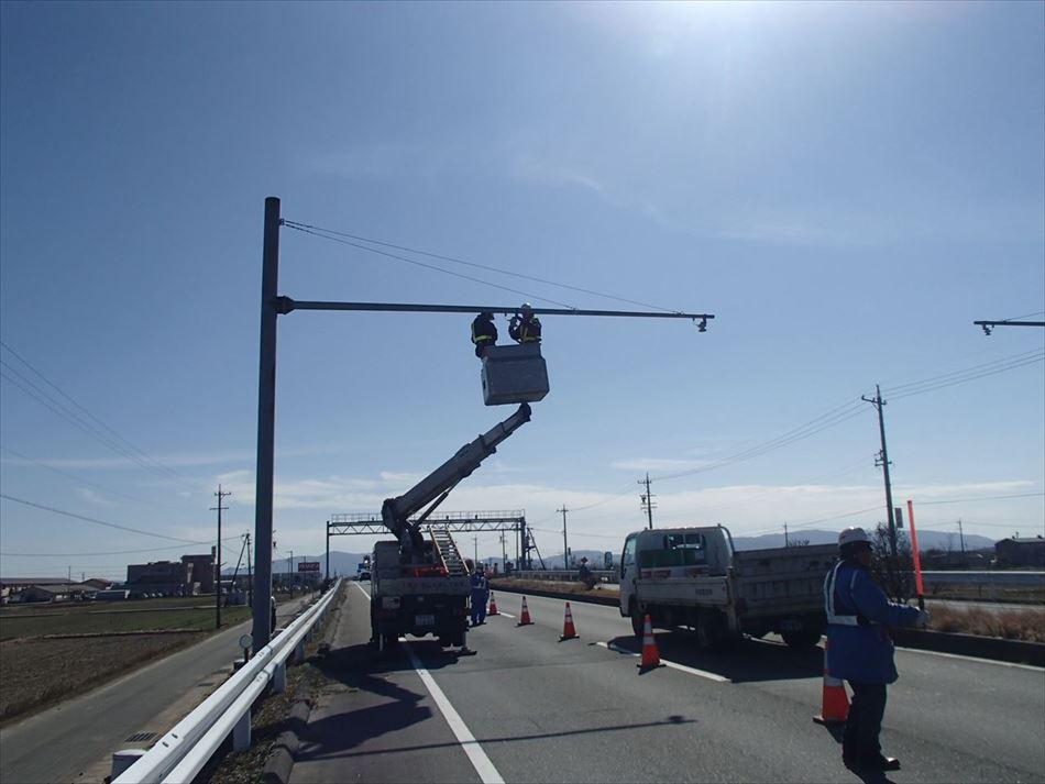 道路を一車規制しての交通量計測装置(トラカン)の設置状況