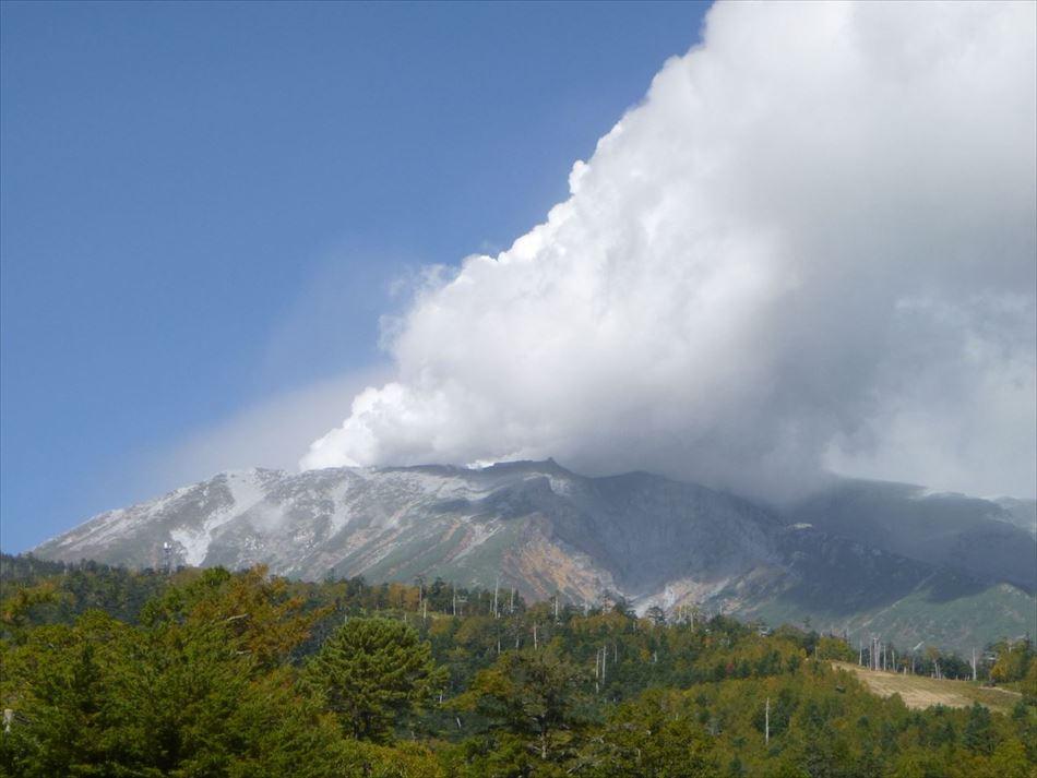 白い煙が立ち上る御嶽山の噴火状況