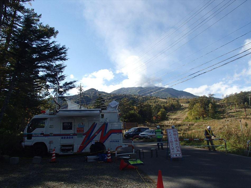 御嶽山のゲートに設営しカメラにてゲートを監視する衛星通信車