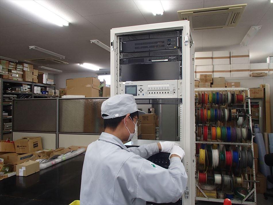 松栄電子工業株式会社内における放送装置の組立作業