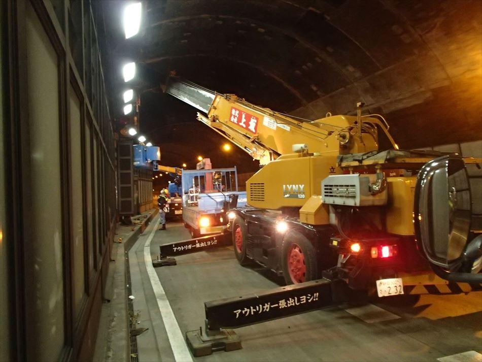 静岡国道事務所管内の賤機山トンネル内で大型クレーンを使用した表示板撤去作業