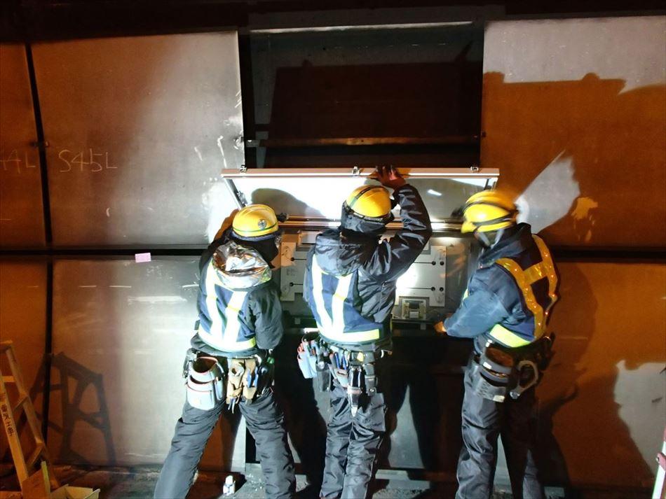 静岡国道事務所管内の賤機山トンネル内での誘導表示板設置作業