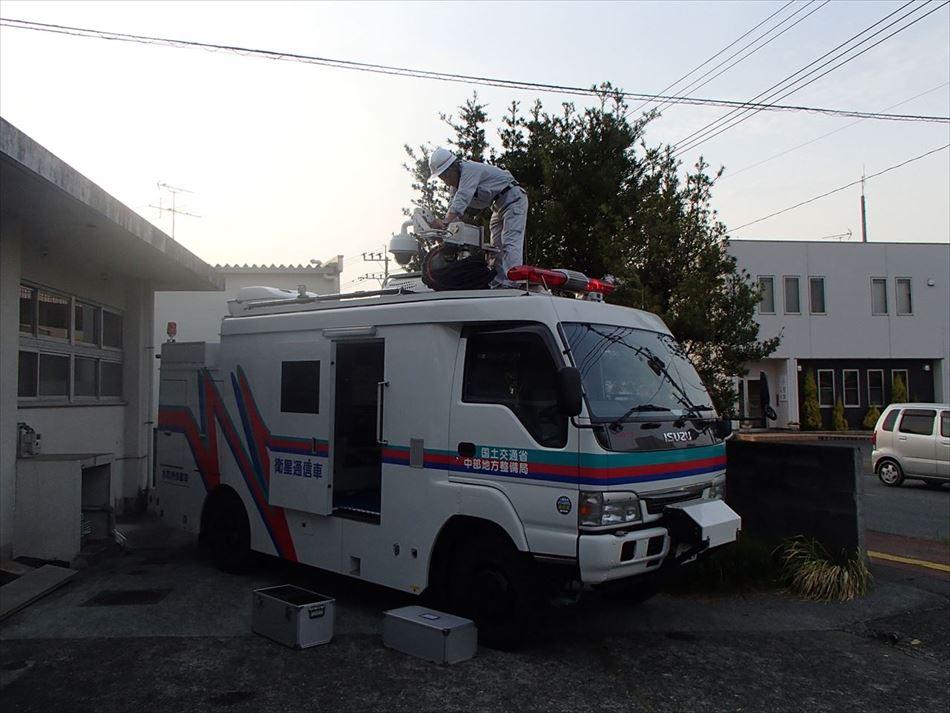 熊本県宇土市役所前での衛星通信車設営状況