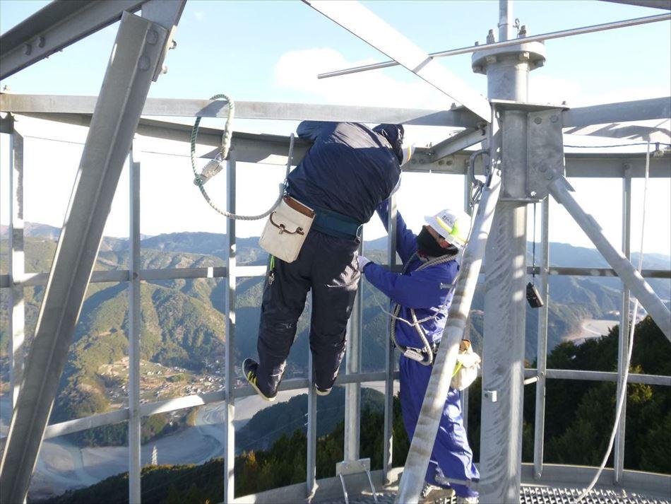 長島ダム管内の中継所における鉄塔上でのアンテナ支柱の設置状況