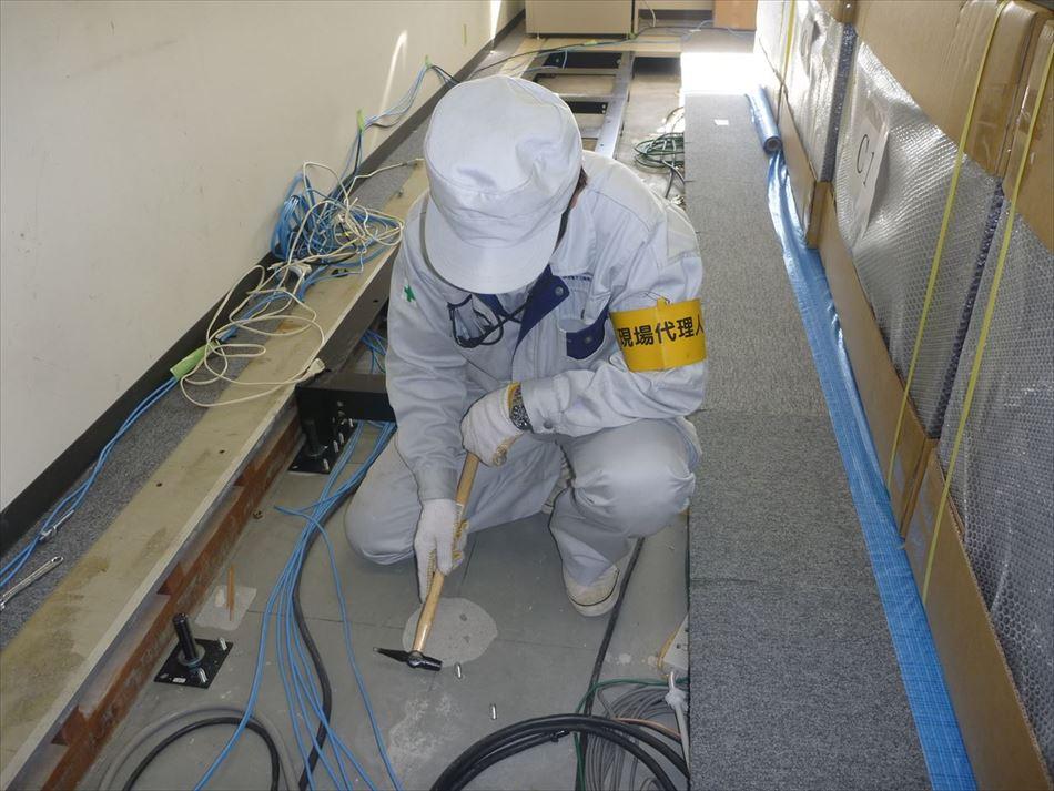 静岡河川事務所内に大型表示装置設置にともなうアンカーの検査状況