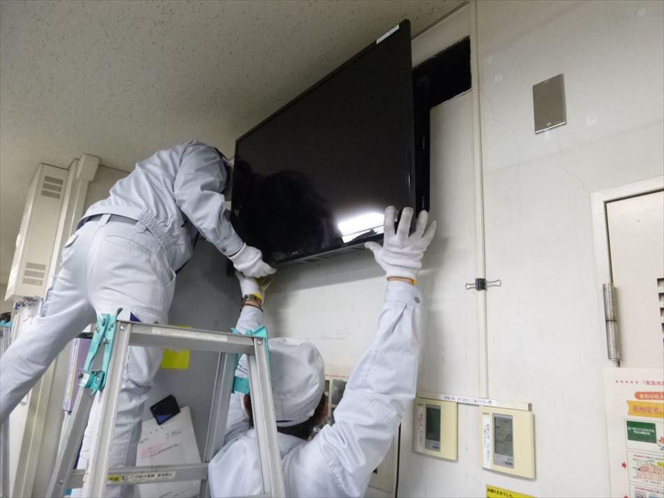 静岡国道事務所内における液晶ディスプレイの壁面設置作業状況