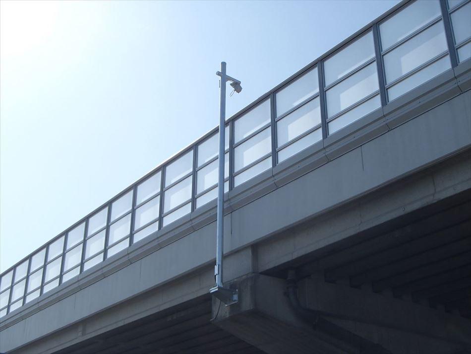 道路プローブ情報収集設備用の路側装置(RSU無線部と支柱)の設置写真