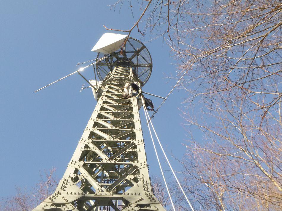 飯田国道事務所管内の中継所における八木アンテナの設置作業