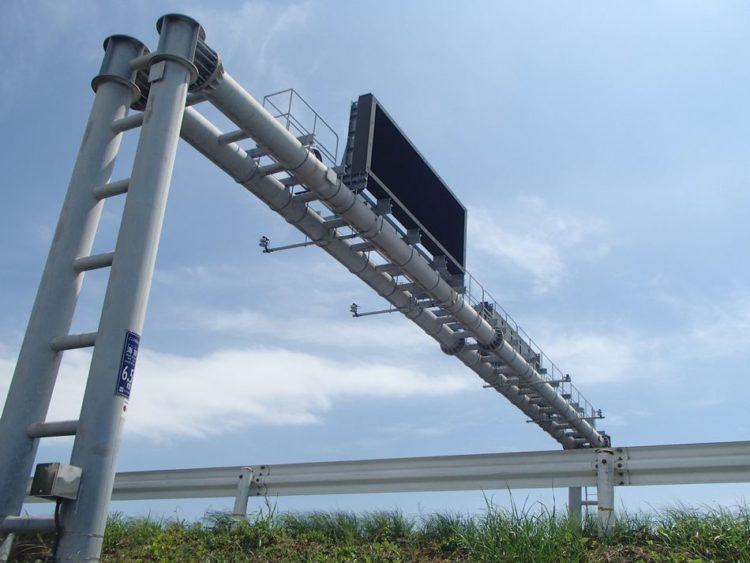 道路情報板支柱に交通量計測装置(トラカン)の設置