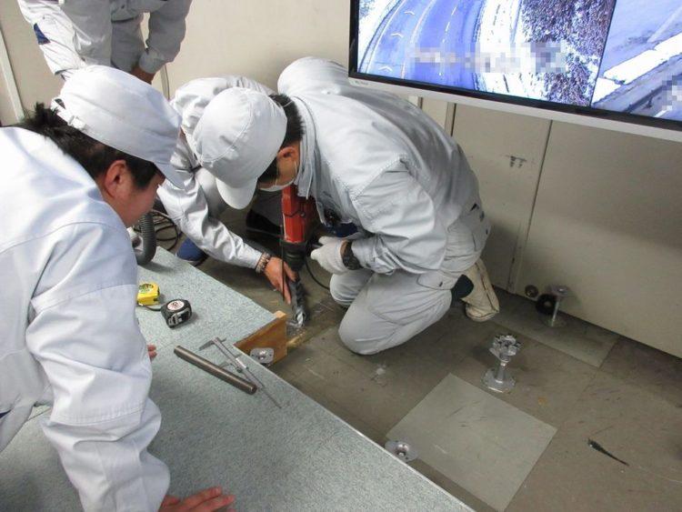 液晶モニター支柱設置 アンカー施工作業