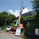 交通量計測装置(トラカン)のクレーン車による設置状況