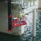 三峰川総合開発工事事務所管内の分派堰に橋梁点検車を用いて濁度計センサーを設置