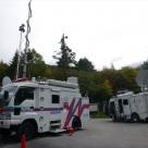 御嶽山の入口に多数のテレビ局の車と混じり設営した衛星通信車