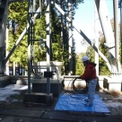 長島ダム管内の中継所における鉄塔でのケーブル敷設状況