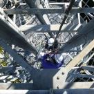 長島ダム管内の中継所における鉄塔の垂直ラダーでの作業状況