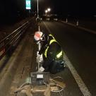 名古屋国道 夜間工事における現場代理人の支柱検査状況